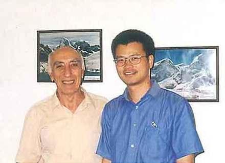 Профессор Борис Бабаян и г-н Хонг Фенг, главный редактор журнала Free Software, на встрече в офисе компании Эльбрус, Москва, 30 июля 2001.
